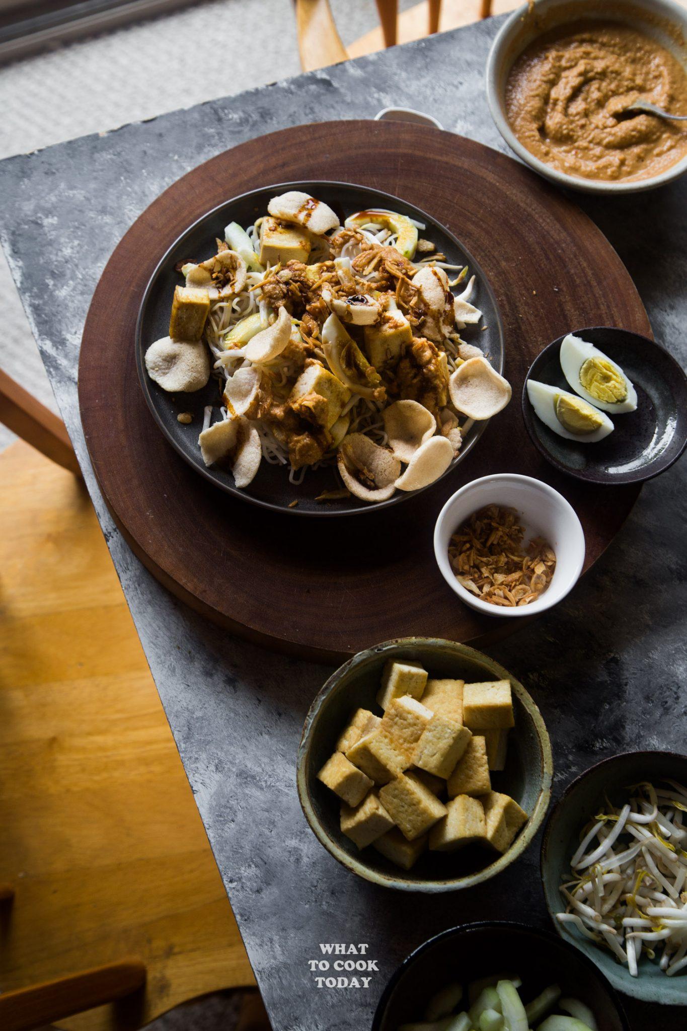 Ketoprak / Vermicelli tofu salad and peanut dressing