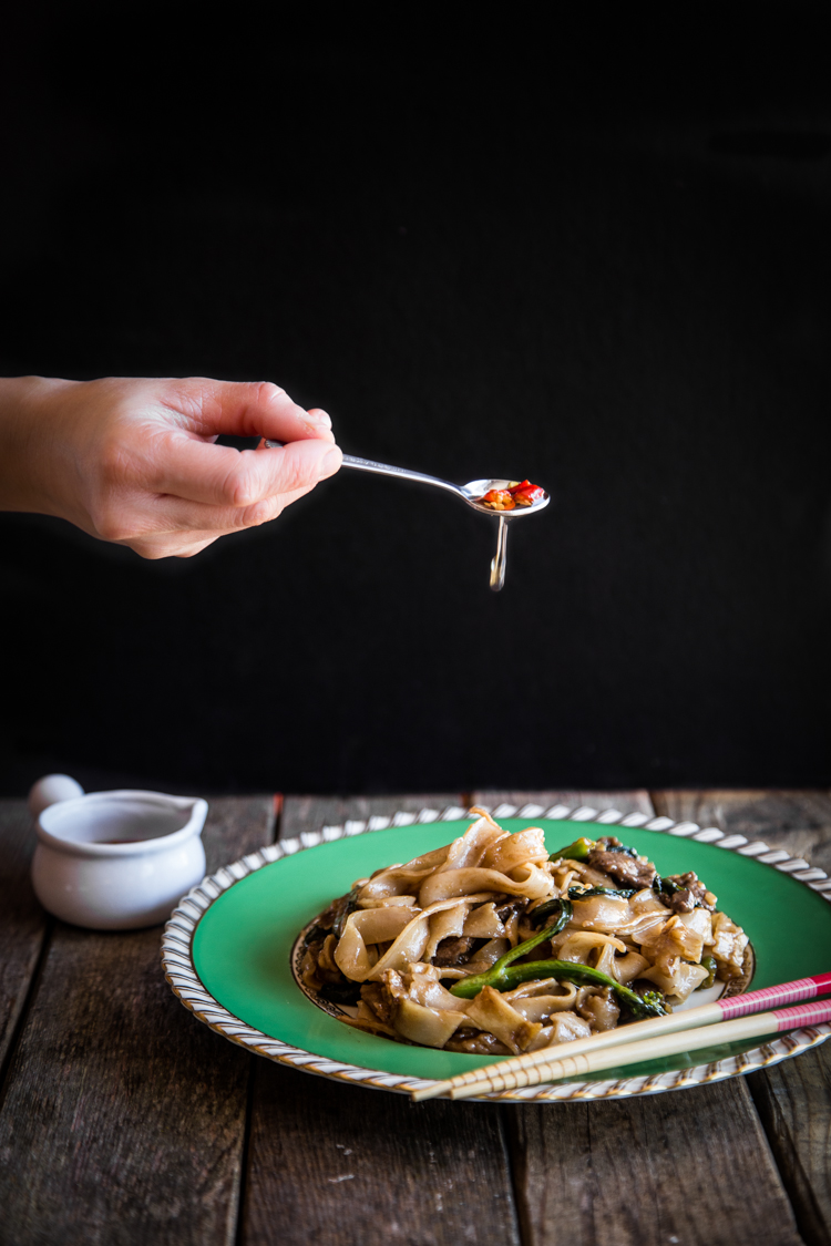 Kwe Tiau Radna (Thai Stir-fried Flat Rice Noodles with Gravy)