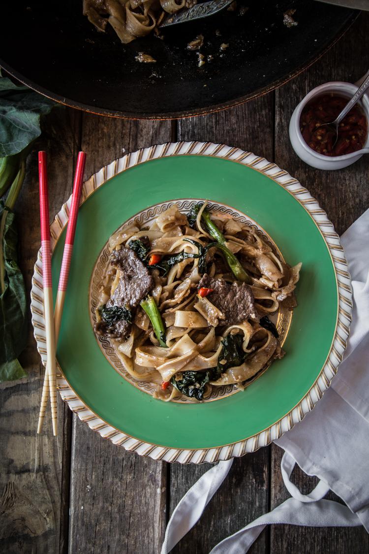 Kwe Tiau Radna (Thai Stir-fried Noodles with Gravy)