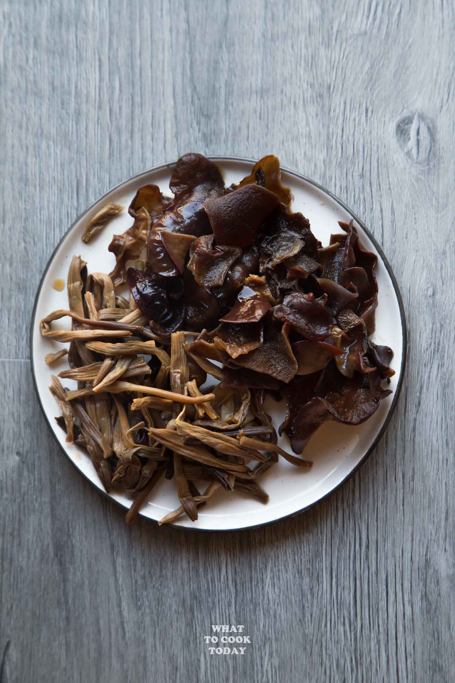 Dried lily buds and wood ear mushrooms