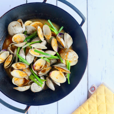 Stir-fried clams with ginger and garlic