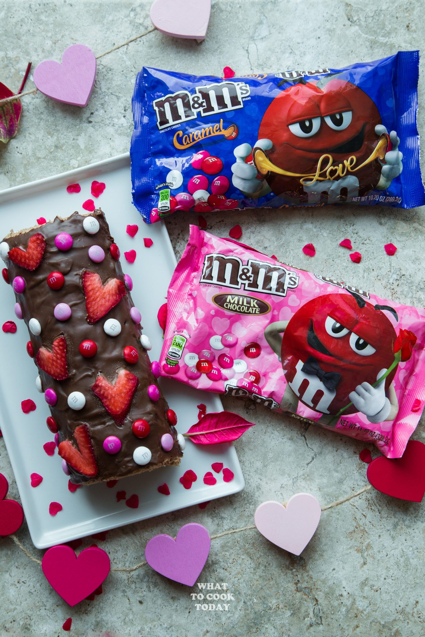 Strawberry Chocolate Swiss Roll #ad #sendsweetness #valentinesdaygift
