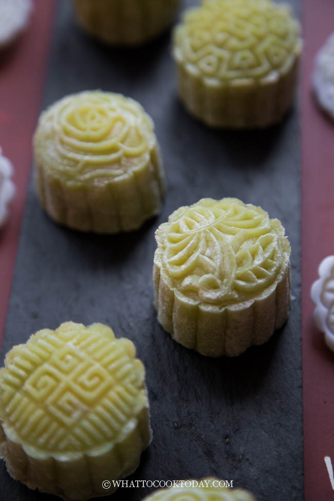 Easy Pandan Mochi Mooncake with Custard Filling (Snow Skin Mooncake)